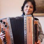 Helga Maria Gilbert mit Harmonika